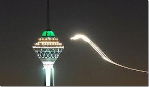 ufo iran2 thumb UFO brilhante próximo de Torre em Teerã, no Irã