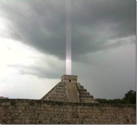 templo maia feixe de luz thumb Foto mostra feixe de luz sobre templo maia