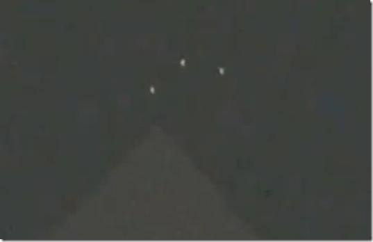 ufo piramide franca thumb UFOs brilhantes em forma de triângulo aparecem sobre pirâmide na França