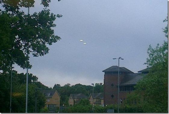 ovnis londres thumb Dois OVNIs são fotografados próximo a Londres
