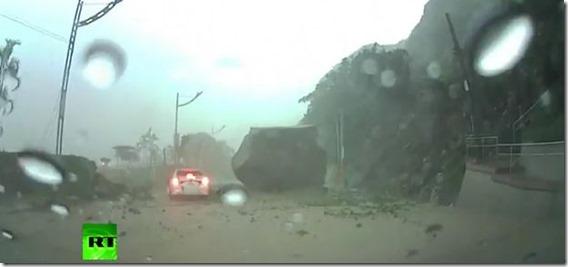 rocha taiwan thumb Rocha monstruosa quase atinge carro em Taiwan