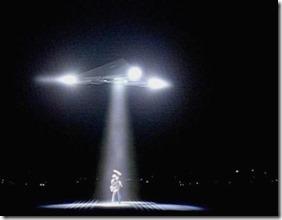 arquivoxufo thumb Vídeo mostra OVNI projetando luz sobre um carro