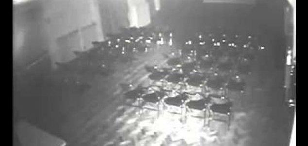 cadeira teatro Filmagem mostra cadeira se movendo em teatro assombrado
