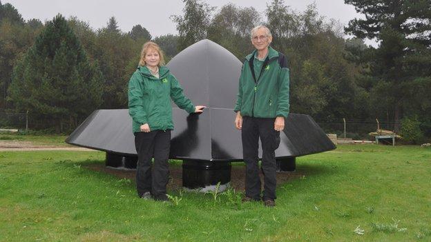 escultura ovni Escultura metal em forma de OVNI comemora avistamento em floresta de Rendlesham