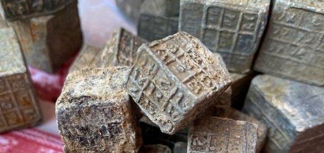 Misteriosos cubos inscritos foram descobertos em rio