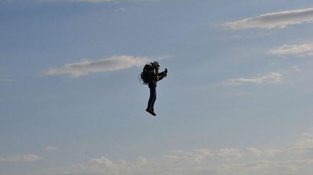Pilotos de avião relatam homem com jetpack a 3.000 pés